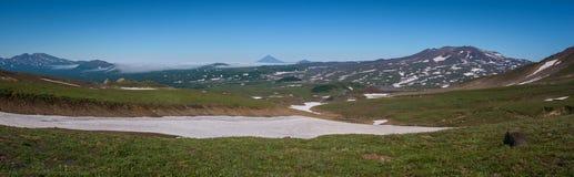 Vue sur les montagnes autour du volcan de Mutnovsky photos stock