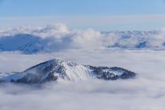 Vue sur les montagnes et le ciel bleu au-dessus des nuages Photographie stock