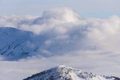 Vue sur les montagnes et le ciel bleu au-dessus des nuages Photo stock