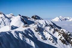 Vue sur les montagnes et le ciel bleu au-dessus des nuages Photo libre de droits