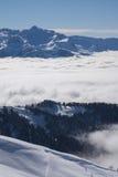 Vue sur les montagnes et le ciel bleu au-dessus des nuages Image libre de droits