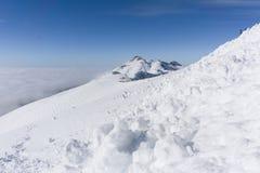 Vue sur les montagnes et le ciel bleu au-dessus des nuages Images stock