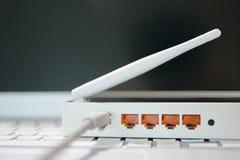 Vue sur les ports d'un routeur de radio d'Internet photos stock