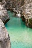 Vue sur les roches énormes en canyon de gorge avec le soca clair comme de l'eau de roche de rivière de vert de turquoise Photographie stock