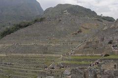 Vue sur les terrasses de Machu Pichuu un jour nuageux photo stock