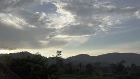 Vue sur les terrasses de riz de la montagne et la maison des agriculteurs pendant une pluie Bali, Indon?sie clips vidéos