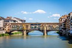 Vue sur Ponte célèbre Vecchio dans la ville italienne antique Florence photographie stock