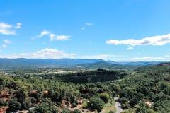 Vue sur Roussillon dans le Luberon en Provence. Balade à Roussillon dans la nature sous ciel bleu. Weekend et vacances en Provence stock photography