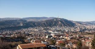 Vue sur Tbilisi et benne suspendue Image libre de droits