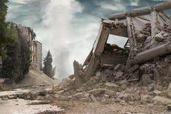 Vue sur un bâtiment industriel en béton effondré avec la colonne blanche de fumée en fond et ciel dramatique foncé ci-dessus Images stock