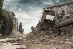 Vue sur un bâtiment industriel en béton effondré avec le ciel dramatique foncé ci-dessus Image libre de droits