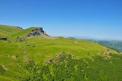 Vue sur un plateau vert et une arête caucasienne Images libres de droits