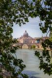 Vue sur un pont à Rome par les feuilles Photo libre de droits