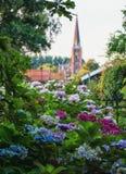 Vue sur une église à Zaandam de la hameau Haaldersbroek Photographie stock