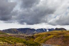 Vue sur une montagne énorme avec le glacier en Islande avec le ciel dramatique Images libres de droits