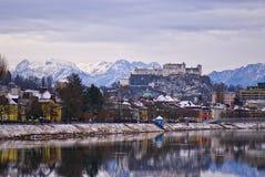 Vue sur une petite ville européenne des collines photos stock