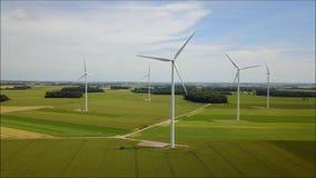 Vue sur une turbine de vent clips vidéos