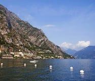 Vue sur une ville Limone sur le policier de lac et l'Alpes Photos stock