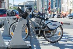 Vue sur vélos de location sur l'éditorial de rue de ville image stock
