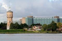 Vue sur Zwijndrecht avec l'eau-tour Images stock