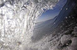 Vue surfante bleue de vague de l'intérieur du tube Image libre de droits