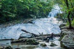 Vue tôt d'Atumn de la base d'hurler les cascades courues en Virginie, Etats-Unis photo stock