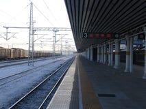 Vue tôt de matin d'hiver de la plate-forme ferroviaire photographie stock libre de droits