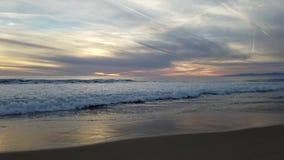 Vue tôt de coucher du soleil sur la plage 4k d'océan banque de vidéos