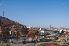 Vue Tbilisi ensoleillé et la rivière Mtkvari Images libres de droits