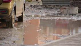 Vue terrible de magma sale énorme sur la route cassée dans la cour résidentielle sur laquelle les voitures passent avec des essai banque de vidéos