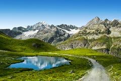 Traînée touristique dans les Alpes suisses Photographie stock libre de droits