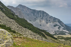 Vue étonnante des falaises de la crête de Sinanitsa, montagne de Pirin Photographie stock libre de droits