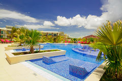 Vue étonnante gentille d'hôtel de pullman invitant la piscine et les au sol élégants confortables Images libres de droits
