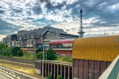 Vue très belle du pont à la tour hertzienne, bâtiment industriel Photo stock