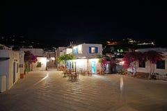 Vue traditionnelle de nuit de la place devant l'église de la trinité sainte d'Agia Triada image libre de droits