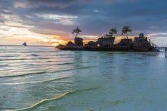 Vue tropicale de coucher du soleil de fond d'île de Boracay chez Bea blanc Photos stock