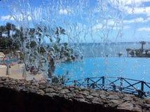 Vue tropicale par une cascade Images libres de droits