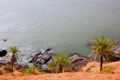 Vue tropicale vers l'océan, beau littoral accidenté dans Gokarna Photo libre de droits