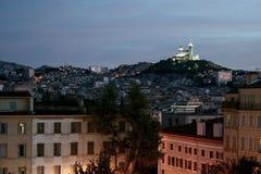 Vue typique de basilique de Notre Dame de la Garde à Marseille, France, de secteur de St Charles au crépuscule Photos stock