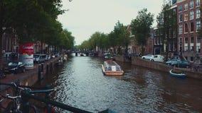 Vue typique de rue à Amsterdam - les canaux populaires au centre de la ville clips vidéos
