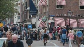 Vue typique de rue à Amsterdam - les canaux populaires au centre de la ville - AMSTERDAM - PAYS-BAS - 19 juillet 2017 banque de vidéos