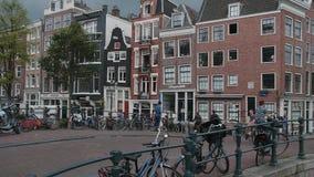 Vue typique de rue à Amsterdam - les canaux populaires au centre de la ville - AMSTERDAM - PAYS-BAS - 19 juillet 2017 clips vidéos