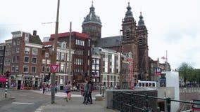 Vue typique de rue dans la ville d'Amsterdam à la station centrale - AMSTERDAM - LES PAYS-BAS - 19 juillet 2017 banque de vidéos