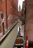 Vue typique du côté étroit du canal, Venise, Italie La communication dans la ville est faite par l'eau, qui crée a Photographie stock libre de droits
