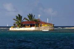 Vue un restaurant brillamment coloré minuscule d'île heureuse, île avec des palmiers ; les grenadines, les Caraïbe orientales Photos stock