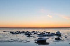 Vue à une côte glaciale et pierreuse Image stock