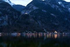 Vue unique de village de montagne célèbre de Hallstatt dans les Alpes autrichiens la nuit Belle vue de l'autre côté du rivage photos stock