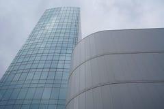 Vue urbaine contemporaine avec le fond de bâtiments image stock