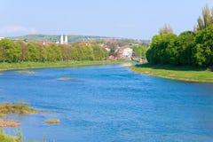 Vue urbaine de jour avec le fleuve photo stock