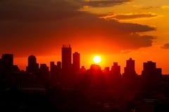 Vue urbaine de paysage de ville des bâtiments ayant beaucoup d'étages Silhouetted à photographie stock